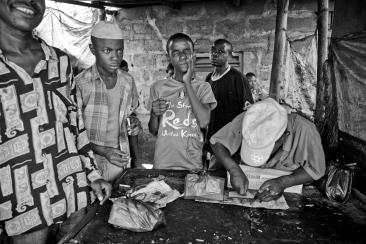 Beaucoup d'usagers se retrouvent dans des camps pour consommer, des lieux où ils sont protégés du harcèlement de la police. Sharif. Dar es-Salaam.