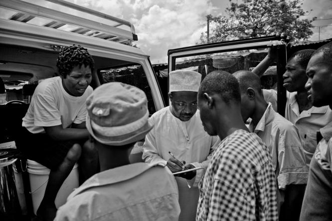 Une distribution de matériel d'injection stérile à Sharif, Dar es-Salaam.