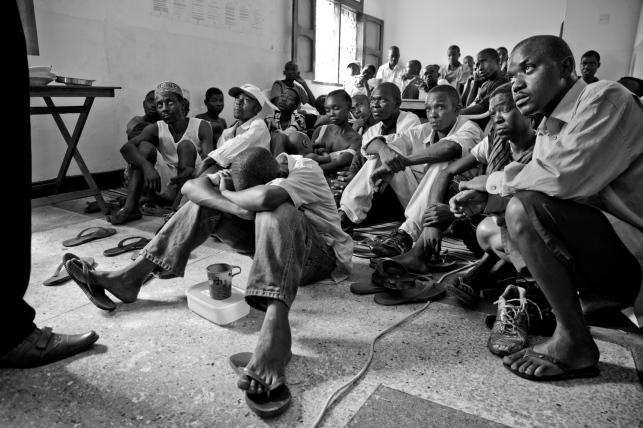 Une session d'éducation à la pratique d'injection à moindre risque, réalisée par un travailleur pair. L'occasion de sensibiliser sur les risques de transmission du VIH et des hépatites, favorisés notamment par l'échange de seringues entre usagers. District de Temeke, Dar es-Salaam.