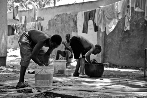 Centre d'accueil pour les usagers de drogues: ils peuvent s'y faire soigner, se laver et laver leur linge. District de Temeke, Dar es-Salaam.