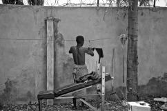 Dans la cour du centre d'accueil, un usager étend son linge. District de Temeke, Dar es-Salaam.