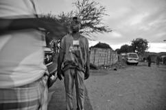 Lors d'une distribution de matériel d'injection stérile, à la tombée de la nuit, dans le district de Temeke, le plus pauvre de Dar es-Salaam.