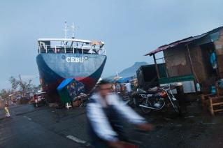 PHILIPPINES. Tacloban. Décembre 2013. Un cargo échoué dans le barangay 67 de Tacloban, suite au passage du typhon Haiyan THE PHILIPPINES. Tacloban. December 2013. A cargo boat ran aground in barangay 67 in Tacloban, in the aftermath of typhoon Haiyan.