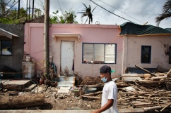 PHILIPPINES. Estancia. Novembre 2013. Un jeune homme circule dans une zone évacuée et interdite d'accès en raison d'une marée noire. THE PHILIPPINES. Estancia. November 2013. A young man walks in a restricted area, evacuated after an oil spill.