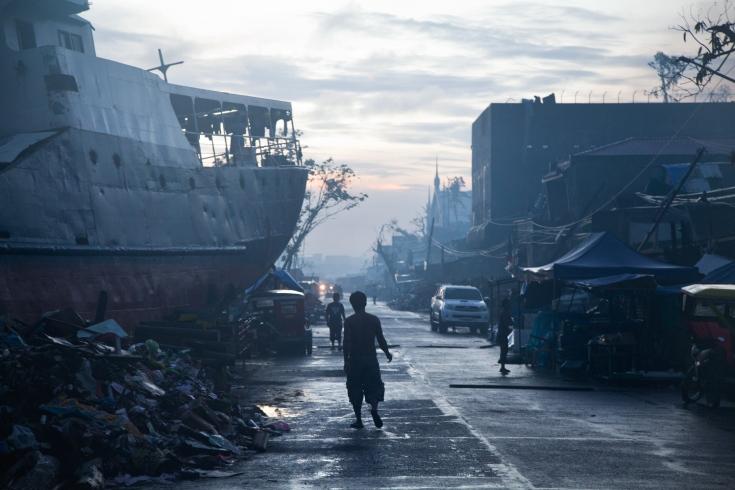 PHILIPPINES. Tacloban. Décembre 2013. Dans les décombres du barangay 67. THE PHILIPPINES. Tacloban. December 2013. In the rubble of barangay 67.