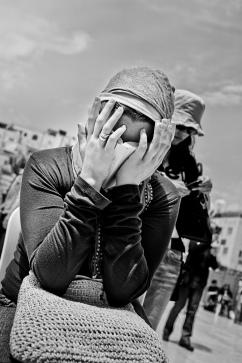 Une femme prie devant le mur des lamentations, Jérusalem.