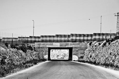Une route exclusivement réservée aux Israéliens surplombe la route palestinienne de Qalqiliya, territoire palestinien occupé.