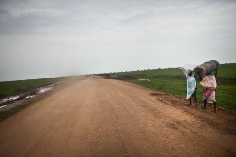 Burbiey, région de Gambella, Ethiopie. Deux réfugiées sud-soudanaises marchent pour rejoindre le site de transit de Burbiey. Juin 2014.