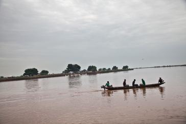 Burbiey, région de Gambella, Ethiopie. Des réfugiés sud-soudanais franchissent la rivière Baro entre le Soudan du Sud et l'Ethiopie. Juin 2014.