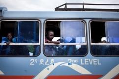 Pagaak, région de Gambella, Ethiopie. Pagaak est l'un des points d'entrée en Ethiopie pour les réfugiés sud-soudanais. Un enfant attend d'être évacué en bus vers les camps de réfugiés de la région, principalement ceux de Leitchor et Kule. Juin 2014.