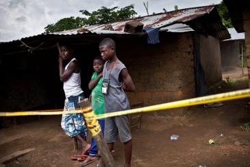 Monrovia, Libéria, novembre 2014. Trois adolescents sont en quarantaine depuis une semaine dans leur maison de Mount Barclay, à Monrovia, après le décès de leur mère. Les voisins ont installé un cordon de sécurité autour de la maison.