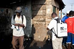 Monrovia, Libéria, décembre 2014. Bidonville de West Point. L'équipe de désinfection se prépare à nettoyer le lieu où Prince a été trouvé avec de la fièvre, après avoir été en contact avec un malade d'Ebola.