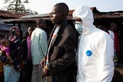 Monrovia, Libéria, décembre 2014. Bidonville de West Point. Prince, qui a de la fièvre et a été en contact avec un malade d'Ebola, est emmené dans le centre de santé le plus proche, faute d'ambulance disponible rapidement.
