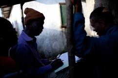 Monrovia, Libéria, novembre 2014. Tous les matins, entre 6h30 et 8H30, les équipes de contact tracers de West point visitent chacun entre 10 et 20 personnes ayant été en contact avec un malade d'Ebola, afin de vérifier qu'elles n'ont pas été contaminées par le virus.