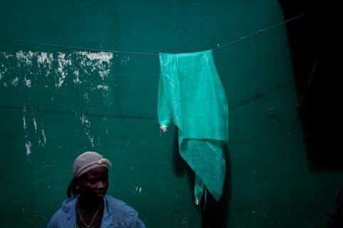 Monrovia, Libéria, novembre 2014. Une blouse médicale sèche au soleil en face du PUCC community clinic, où l'ONG Action contre la Faim suit des programmes de nutrition.