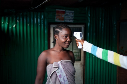 Monrovia, Libéria, novembre 2014. Maria est sur la liste des contact tracers de West Point depuis 21 jours. Elle fait partie des 78 personnes ayant été en contact avec Ester Kamara, une voisine décédée à cause du virus. Elle n'a présenté aucun symptôme lié à Ebola pendant cette période et n'est plus considérée comme contact par les équipes. «Now we are free». Vendredi 28 novembre 2014, bidonville de West Point.