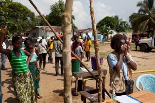 Monrovia, Libéria, décembre 2014. Distribution de 400 kits de lavage de mains (du chlore, 2 seaux à robinet, 3 savons par famille) dans une communauté du district de Saint Paul le jeudi 11 décembre 2014.