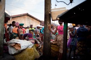 Monrovia, Libéria, décembre 2014. L'une des rues principales du bidonville de West Point, au petit matin.