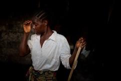 Monrovia, Libéria, novembre 2014. Une femme habitant dans le bidonville de West Point fait le ménage en attendant le passage des contact tracers.