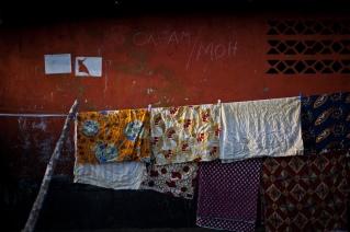 Monrovia, Libéria, novembre 2014. Sur le mur d'une maison de West Point, le nom d'une ONG et celui du Ministère de la santé sont inscrits, indiquant qu'une session de sensibilisation au virus Ebola a été réalisée à cet endroit.