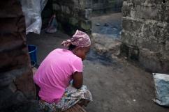 Monrovia, Libéria, novembre 2014. Une femme habitant dans le bidonville de West Point attend le passage des contact tracers. Son mari est décédé après avoir contracté le virus Ebola.