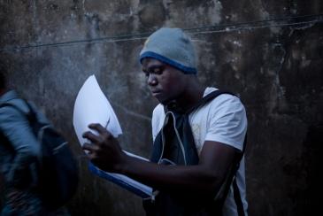 Monrovia, Libéria, novembre 2014. Stephen Kpoto est contact tracer depuis le mois de juillet dans le bidonville de West Point, où vivent environ 75,000 personnes. Son travail consiste à suivre les personnes ayant été en contact avec des malades d'Ebola, pendant une durée de 21 jours, soit la période d'incubation du virus.