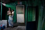 Monrovia, Libéria, novembre 2014. Une femme et son enfant attendent le passage des contact tracers. Vendredi 28 novembre 2014, bidonville de West Point.