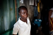 Monrovia, Libéria, novembre 2014. Bidonville de West Point. Adama Swaray, 14 ans, est une survivante d'Ebola. Elle a passé plus de trois semaines au centre de traitement Elwa 3 à Monrovia. Dans sa famille, cinq personnes ont été contaminées par le virus, dont trois sont décédées.