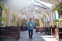 PHILIPPINES. Dulag. Décembre 2013. Alejandra Bauttista, 79 ans, s'est réfugiée dans l'église de Dulag, au sud de Tacloban, lorsque le typhon Haiyan a frappé la ville. THE PHILIPPINES. Dulag. December 2013. Alejandra Bauttista, 79, took shelter in the church of Dulag, south to Tacloban, while the typhoon Haiyan hit the city.