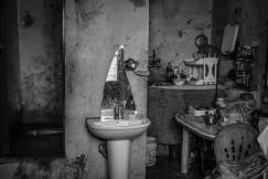 Liban, Saida, Nabatieh, janvier 2016. L'une des trois pièces qui composent la maison dans laquelle vivent Hobous et ses trois enfants, à Nabatieh, au sud de Saïda. La famille kurde habitait à Alep avant de fuir vers le Liban il y a deux ans. Ils manquent de matelas pour dormir et de vêtements pour l'hiver. © Agnes Varraine-Leca