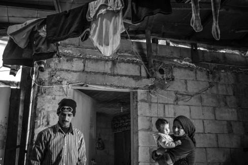 Liban, Tabarja, janvier 2016. Un couple de réfugiés syriens vit à Ouata Slam, près de la plage de Tabarja. Ils sont arrivés de Syrie il y a quatre ans. Aucun des quatre enfants n'est scolarisé, faute d'école à proximité. © Agnes Varraine-Leca