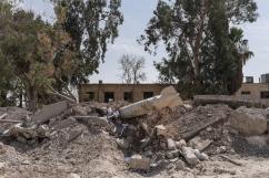 Tabqa, Syrie. Une roquette non explosée se trouve sur la route principale à l'entrée de la ville de Tabqa.