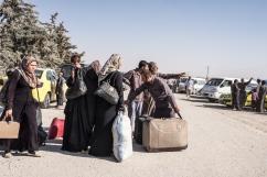 Camp d'Ain Issa, Syrie. Une famille de Syriens arrive au camp d'Ain Issa. Le camp, situé à une soixantaine de kilomètres de Raqqa, accueillait en septembre 2017 près de 15 000 personnes fuyant les combats dans les villes de Raqqa et de Deir Ezzor.
