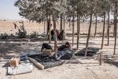 Camp d'Ain Issa, Syrie. Un jeune homme se repose sur un matelas, en attendant de recevoir une tente.