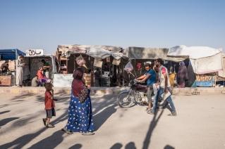 Camp d'Ain Issa, Syrie. Des petits commerces se sont créés à l'entrée du camp d'Ain Issa.