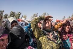 Camp d'Ain Issa, Syrie. Des femmes regardent un avion militaire voler à basse altitude en direction de Raqqa.