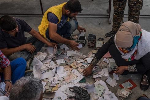 Camp d'Ain Issa, Syrie. A leur arrivée dans le camp d'Ain Issa, les personnes déplacées ou réfugiées doivent remettre leurs papiers d'identité aux autorités du camp. Ils sont triés et conservés dans un bureau à part.