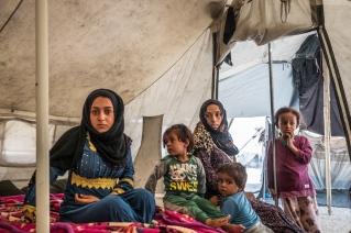 Camp d'Ain Issa, Syrie. Une famille de déplacés syriens, à l'intérieur de leur tente.