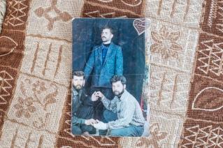 Camp d'Ain Issa, Syrie. Une photo de famille du mari de Nawal. Nawal et son mari vivent à Raqqa depuis plus de dix ans. La famille est originaire d'Alep. Ils sont arrivés au camp d'Ain Issa il y a quatre mois, en juin, alors que l'offensive contre la ville débutait. Nawal était enceinte de son neuvième enfant, né dans le camp en juillet dernier.