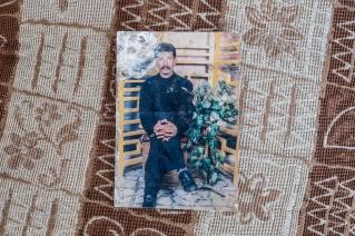 Camp d'Ain Issa, Syrie. Un portrait du mari de Nawal. Nawal et son mari vivent à Raqqa depuis plus de dix ans. La famille est originaire d'Alep. Ils sont arrivés au camp d'Ain Issa il y a quatre mois, en juin, alors que l'offensive contre la ville débutait. Nawal était enceinte de son neuvième enfant, né dans le camp en juillet dernier.