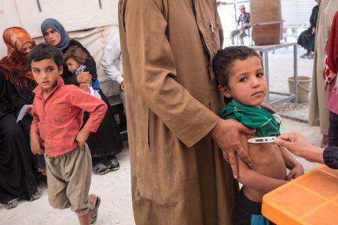 Camp d'Ain Issa, Syrie. Centre de soins de MSF à Ain Issa. Médecins Sans Frontières apporte des soins de santé primaire, référant les cas les plus graves vers les hôpitaux grâce à un système d'ambulances. MSF apporte également des soins nutritionnels, effectue une veille sanitaire et s'occupe du traitement de l'eau.