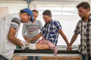Camp d'Ain Issa, Syrie. Michaël Roriz (gauche), kinésithérapeute pour Médecins Sans Frontières, soigne Ahmad. Ahmad a réussi à s'échapper de Raqqa, après trois mois de siège. Il a perdu ses deux filles dans les bombardements de la coalition qui ont détruit sa maison. Dans sa fuite, il a déclenché un engin explosif dissimulé par les combattants du groupe Etat islamique et a dû être amputé des deux jambes. Sa femme est morte dans l'explosion.