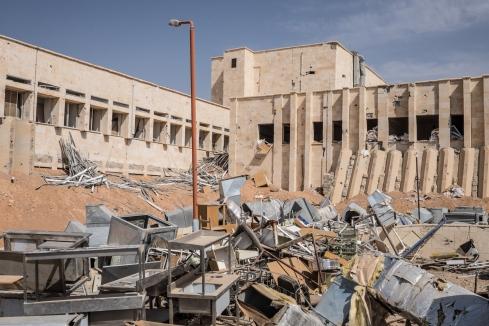 Tabqa, Syrie. Hôpital de Tabqa. La ville a été reprise fin avril par les Forces Démocratiques Syriennes (FDS), une alliance de combattants kurdes et arabes soutenue par la coalition internationale. Lors des combats, les soldats du groupe Etat islamique se sont retranchés à l'intérieur de l'hôpital.