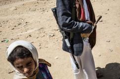 Yemen, gouvernorat d'Amran, Harf Sufyan, mars 2018. Communauté d'Al Sura, un homme porte une Kalashnikov et une jambiya, le couteau traditionnel yéménite.
