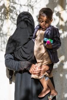 Yemen, gouvernorat de Saada, Haydan, mars 2018. Radyah (gauche) et son fils Mohammad (droite), qui est hospitalisé à l'hôpital de Haydan.
