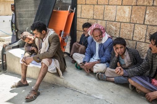 Yemen, gouvernorat de Saada, Haydan, mars 2018. A l'entrée de l'hopital de Haydan, des hommes attendent les membres de leur famille qui sont en train d'etre soignés.