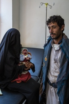 Yemen, gouvernorat de Saada, Haydan, mars 2018. Ali, sa femme et sa fille Zahra, un mois, admise aux urgences de l'hopital MSF à Haydan.