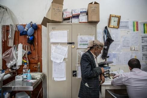 Yemen, gouvernorat de Saada, Haydan, mars 2018. Salle des urgences de l'hôpital de Haydan. Hussein, 70 (centre) et Dr Faical Ahmad Muhammad (droite).