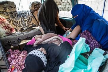 Yemen, gouvernorat d'Amran, Khamer, mars 2018. Une femme est en train d'accoucher dans un van devant l'hôpital de Khamer.