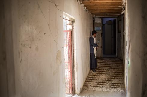 Yemen, gouvernorat de Saada, Haydan, mars 2018. Abdallah Ali Salah, 20, attend devant la maternité. Il a emmené sa belle-sœur pour accoucher à l'hôpital de Haydan depuis Maran, fief des Houthis, visé régulièrement par les bombardements et lieu de combats.